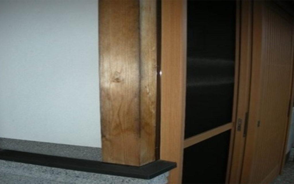 カビ除去・防カビ 玄関柱施工例 施工前